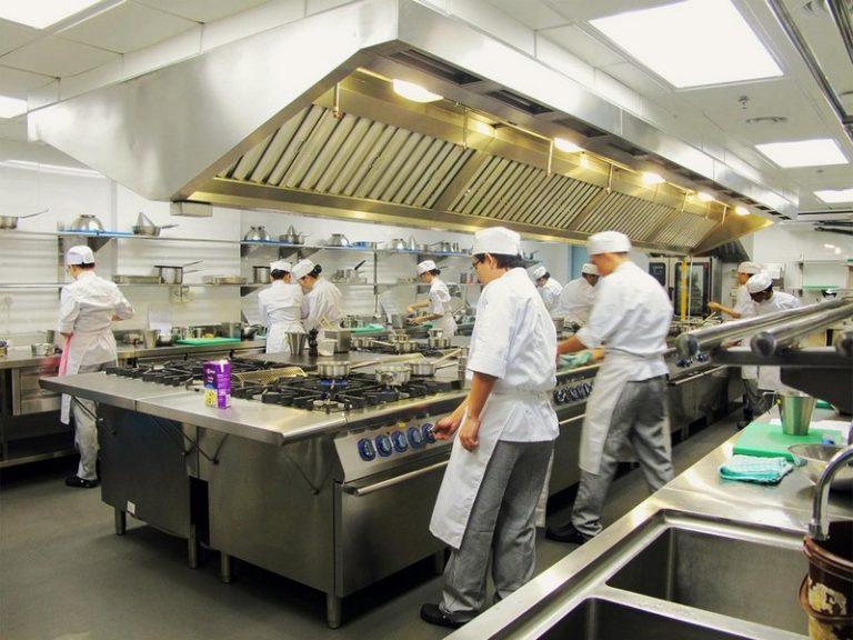 酒店管理学院有许多厨房设施,包括糕点厨房,美食厨房,饮料实验室以及公开的商业餐厅。