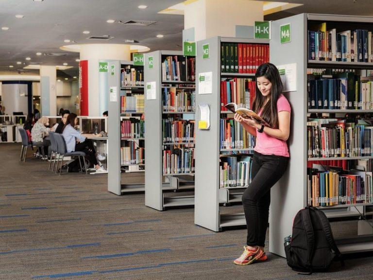 图书馆藏书丰富并五脏俱全,在馆内也设有电脑区、视听区、讨论室等。
