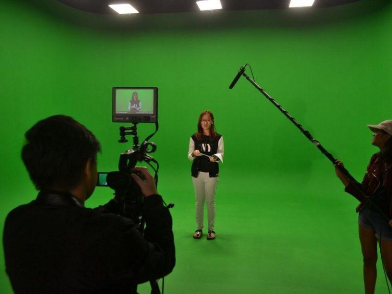 艺术学院配备了许多现代化设施,如工业标准绿屏,音乐练习室,多媒体制作实验室,录音棚以及数位电影设备等。